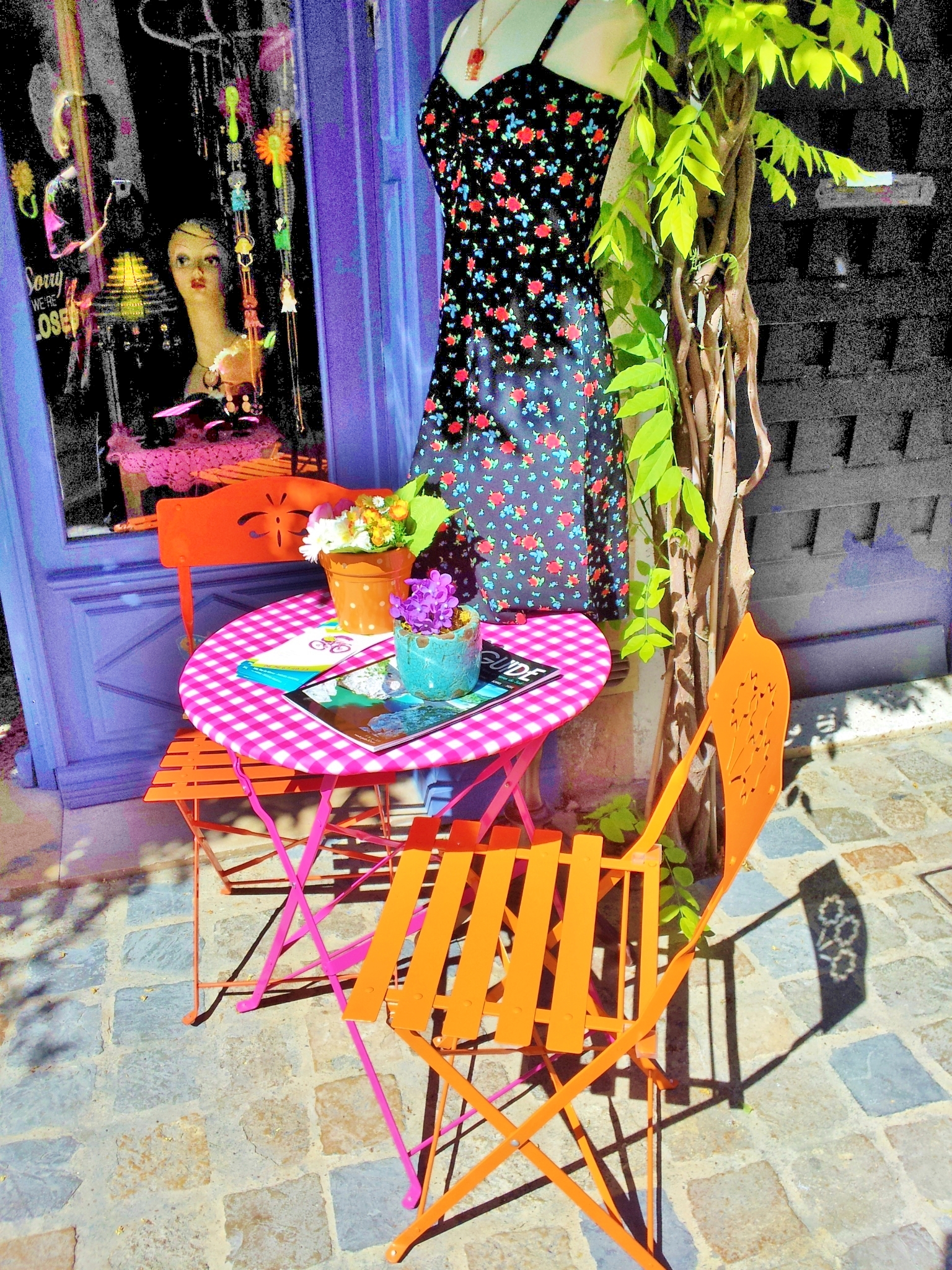 aigues-mortes-shop-with-table-and-chairs